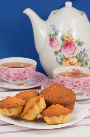 Photo pour Muffins and tea - image libre de droit