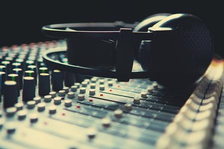 Photo pour Headpnones on soundmixer - image libre de droit