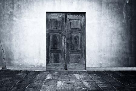 Foto de Wide grunge vintage background with old door, empty room interior as backdrop - Imagen libre de derechos