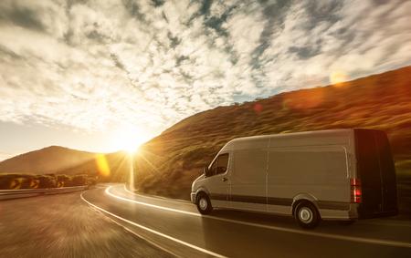 Foto de Delivery van on a country road - Imagen libre de derechos