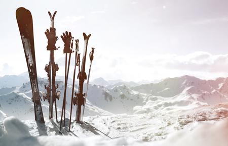 Photo pour Skis in the snow - image libre de droit