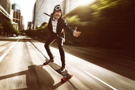 Photo pour Skateboard with a business dress - image libre de droit
