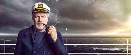 Photo pour old Captain with smoking pipe - image libre de droit