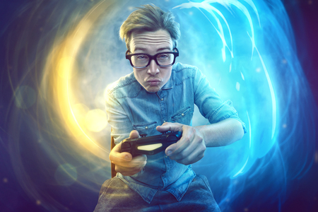 Photo pour Nerdy gamer with controller - image libre de droit