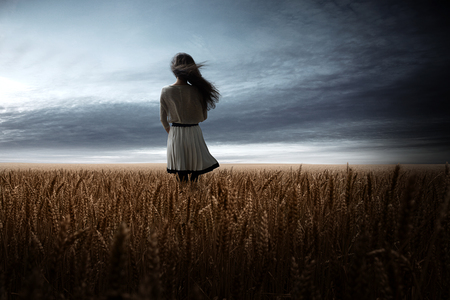 Photo pour Girl in Wheat Field - image libre de droit