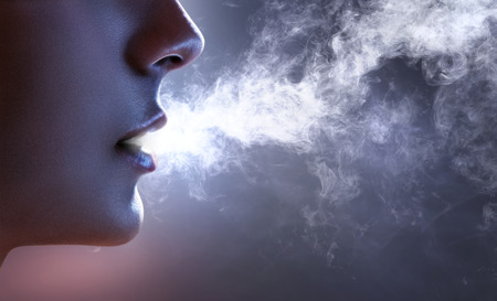 Photo pour Smoker blows out smoke - image libre de droit