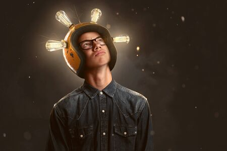 Foto de Smart teenager wears a lightbulb helmet - Imagen libre de derechos