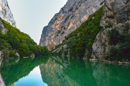 Photo pour The Furlo Gorge on the ancient Roman Via Flaminia road in Northern Le Marche region. The river Candigliano formed this impressive geological formation famous for the deep colour of its waters. - image libre de droit