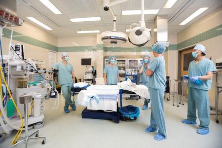 Foto de Medical team having a discussion in operation room - Imagen libre de derechos