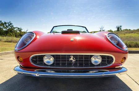 Photo pour WESTLAKE, TEXAS - OCTOBER 18, 2014: A red 1962 Ferrari 250 GT California Spyder is on display at the 4th Annual Westlake Classic Car Show. Front view. - image libre de droit