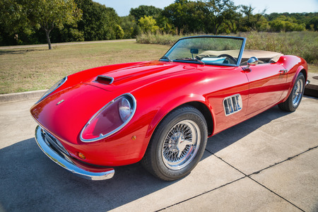 Photo pour WESTLAKE, TEXAS - OCTOBER 18, 2014: A red 1962 Ferrari 250 GT California Spyder is on display at the 4th Annual Westlake Classic Car Show. Front side view. - image libre de droit