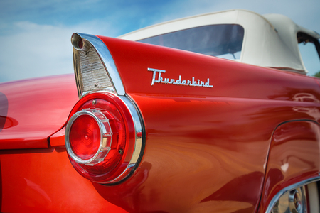 Photo pour WESTLAKE, TEXAS - OCTOBER 17, 2015: Tail fin and taillight details of a red 1956 Ford Thunderbird Convertible classic car. - image libre de droit