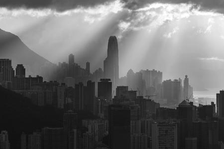 Foto de Silhouette of skyline of Hong Kong city with sun ray under sunset - Imagen libre de derechos