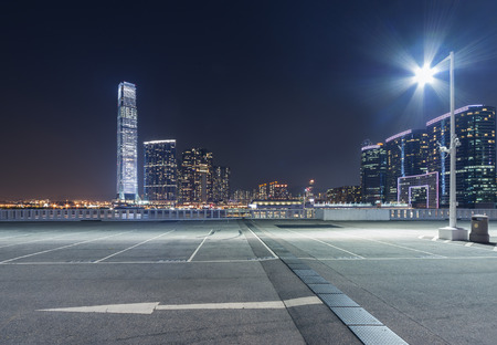 Photo pour empty car park with city skyline background - image libre de droit