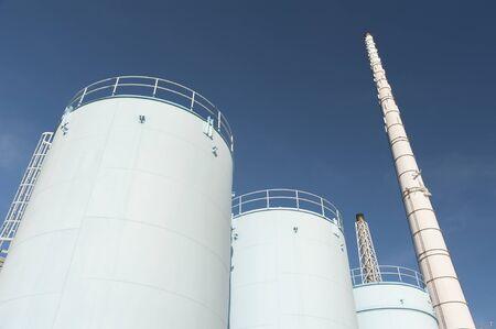Photo pour Oil storage tank in chemical factory - image libre de droit