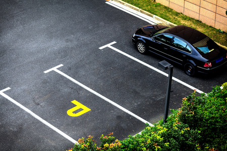 Photo pour Look down empty parking spot with vegetation and shrubbery  from above - image libre de droit
