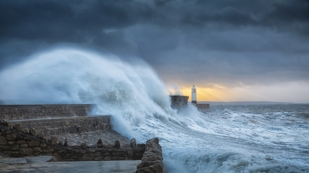 Foto de Force of nature Colosal waves batter a lighthouse as it suffers hits twice in a week when hurricane Storm Brian lands on the Porthcawl coast of South Wales, UK. - Imagen libre de derechos