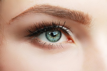 Photo pour extreme closeup of green beautiful womanish eye with glamorous makeup macro - image libre de droit