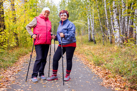 Photo pour Senior ladies nordic walking - image libre de droit