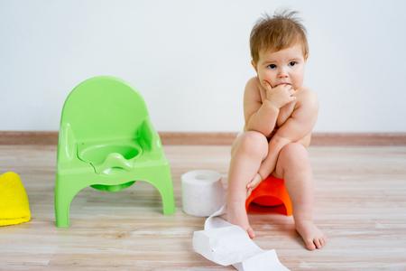 Foto de Baby sitting on a potty - Imagen libre de derechos