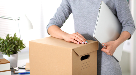 Foto per a young employee of the office is ready to move. - Immagine Royalty Free