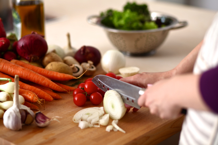 Foto per Cook's hands preparing vegetable salad - closeup shot. - Immagine Royalty Free