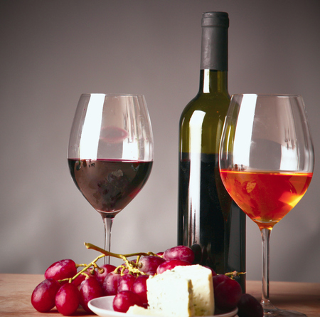 Photo pour bottle of wine and glass on the table - image libre de droit