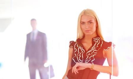 Foto de Business woman standing in foreground in office . - Imagen libre de derechos