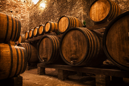 Photo pour cellar with barrels for storage of wine, Italy - image libre de droit