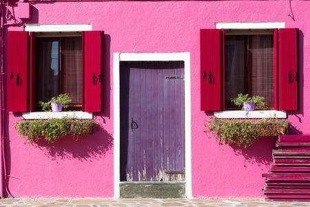 Photo pour Colourfully painted house facade on Burano island, Italy - image libre de droit