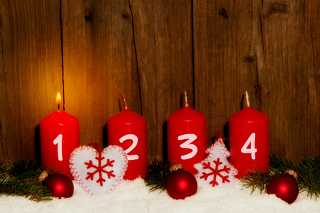 Photo pour Advent candles with snow in front of wood background - image libre de droit