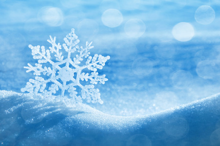 Foto de Christmas background with a decorative snowflake on brilliant snow - Imagen libre de derechos