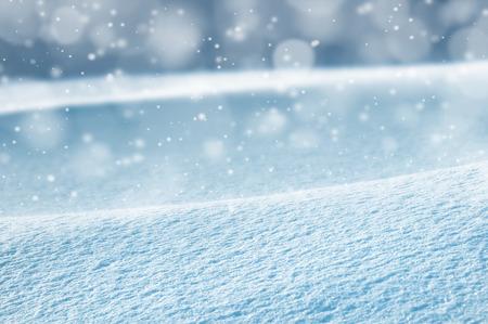 Foto de Natural winter background with snow drifts and falling snow - Imagen libre de derechos