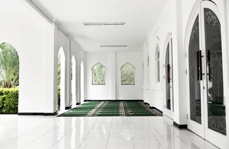 Foto de Terrace mosque interior with carpet and tiled floor at daylight - Imagen libre de derechos