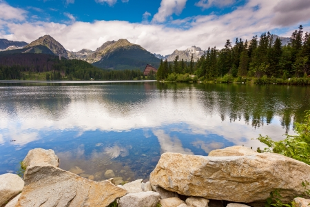 Foto de Mountain lake in National Park High Tatra. Strbske pleso, Slovakia, Europe. Beauty world. - Imagen libre de derechos