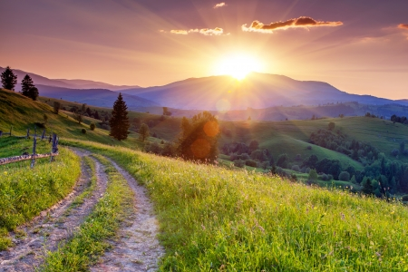 Foto de Majestic sunset in the mountains landscape. Carpathian, Ukraine, Europe. - Imagen libre de derechos