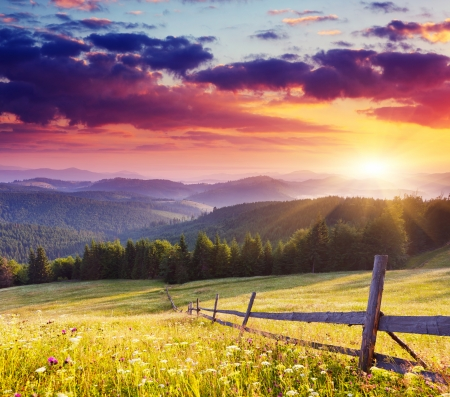 Photo pour Majestic sunset in the mountains landscape.Carpathian, Ukraine. - image libre de droit