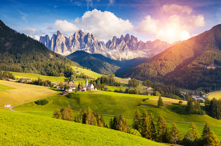 Foto de Countryside view of the St. Magdalena or Santa Maddalena in the National Park Puez Odle or Geisler summits. Dolomites, South Tyrol. Location Bolzano, Italy, Europe. Dramatic morning. Beauty world. - Imagen libre de derechos