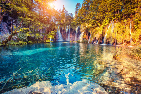 Foto de Majestic view on turquoise water and sunny beams in the Plitvice Lakes National Park, Croatia - Imagen libre de derechos