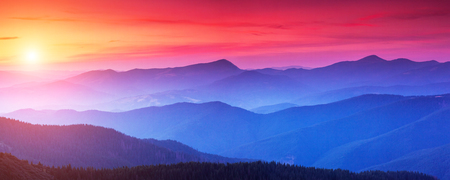 Photo pour Red sunset in the mountains landscape with sunny beams. Dramatic scene in Carpathian, Ukraine - image libre de droit