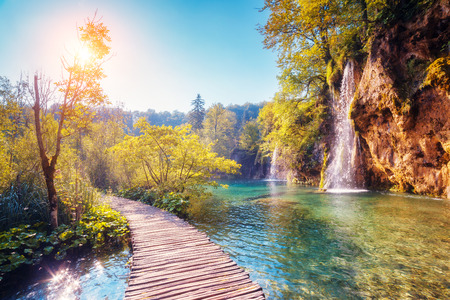 Photo pour Majestic view on turquoise water and sunny beams in the Plitvice Lakes National Park, Croatia - image libre de droit