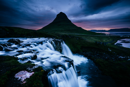 Photo pour The Kirkjufell volcano the coast of Snaefellsnes peninsula. Fantastic and gorgeous scene. Location Kirkjufellsfoss, Iceland, sightseeing Europe. Unique place on earth. Explore the world's beauty. - image libre de droit