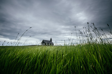 Photo pour Scenic image of lonely Budakirkja christian church. Location hamlet of Budir, Snafellsnes peninsula, Iceland, Europe. Great picture of wild area. Excellent wallpapers. Discover the beauty of earth. - image libre de droit