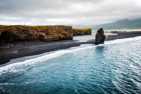 Photo pour View on Kirkjufjara beach and Arnardrangur cliff. Location Myrdal valley, Atlantic ocean near Vik village, Iceland, Europe. Scenic image of amazing nature landscape. Discover the beauty of earth. - image libre de droit
