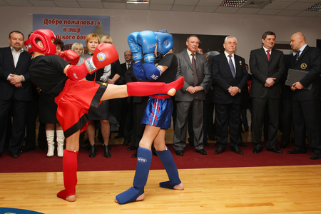 Photo pour Odessa, Ukraine, March 17, 2011: Demonstration performances of athletes in Thai boxing among children. Children's boxing, children's kickboxing. Popularization of sports and healthy lifestyle - image libre de droit