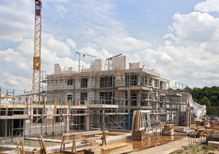 Photo pour Construction site with crane and a new building - image libre de droit