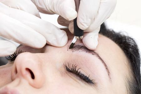 Foto de Mikrobleyding eyebrows workflow in a beauty salon - Imagen libre de derechos