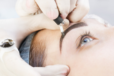 Photo pour Microblading eyebrows workflow in a beauty salon - image libre de droit