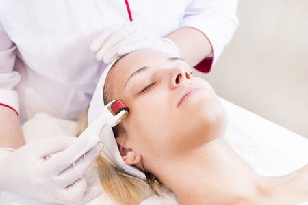 Photo pour The woman undergoes the procedure. - image libre de droit