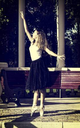 Foto de Girl is engaged in a ballet in the park - Imagen libre de derechos
